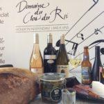 Bouteilles de vin et bières accompagné de pain et terrine, cornichons