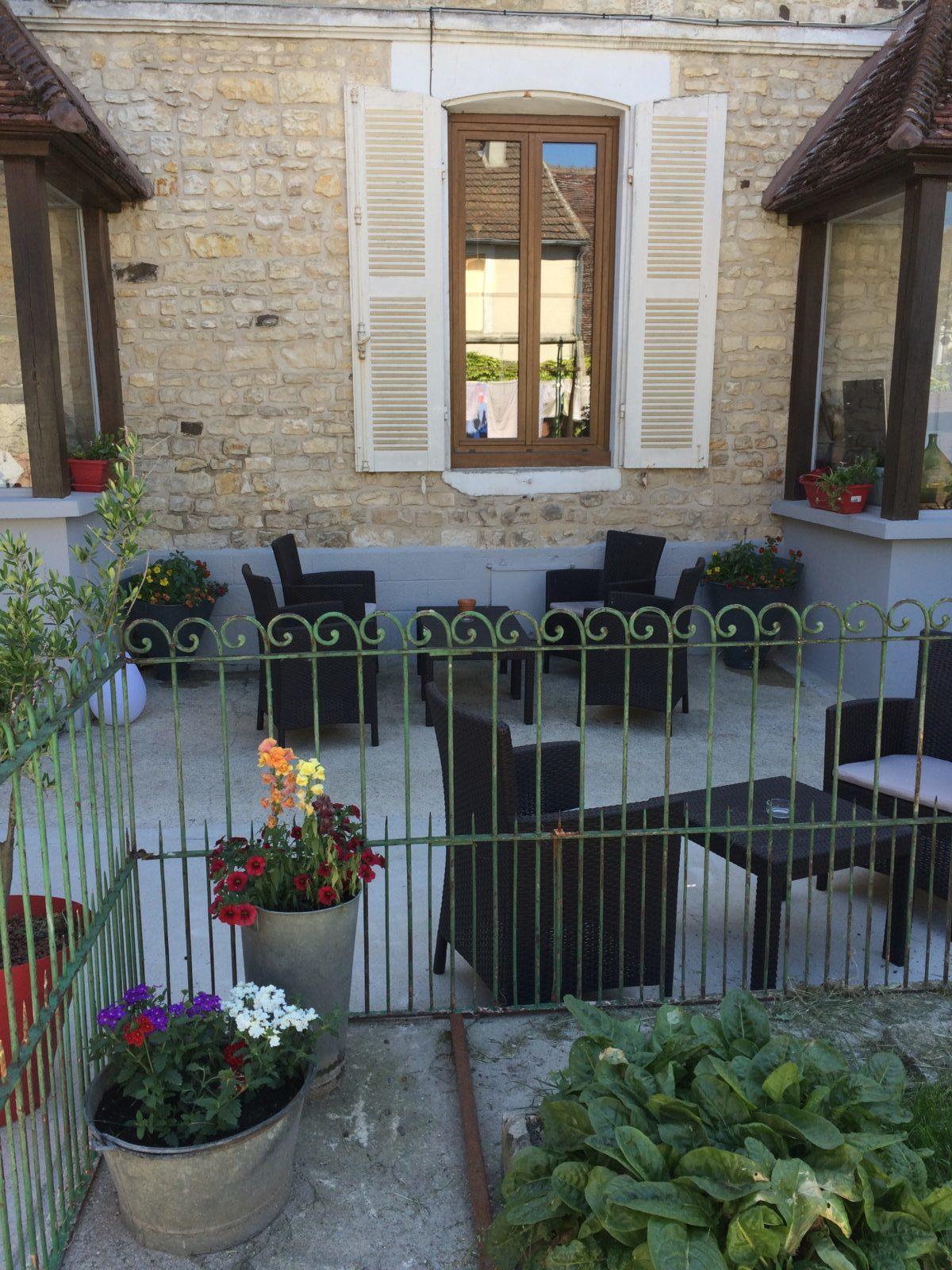 Terrasse du Clos du Roi à Coulanges la Vineuse